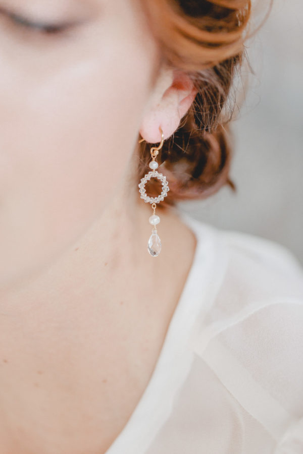 These earrings make the dream of perfect bridal jewellery come true: a circle of sparkling Swarovski crystals reminiscent of a wedding ring, framed by two precious freshwater pearls and a drop-shaped Swarovski crystal to crown it.