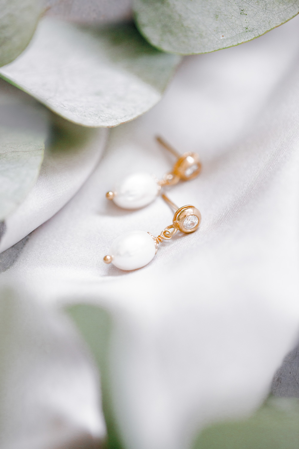 These classically pure pearl stud earrings, with framed zirconia crystals, prove that bridal jewellery does not always have to be large and eye-catching to leave an impression. The earrings match every look and give the wearer a feeling of natural beauty and timeless elegance.