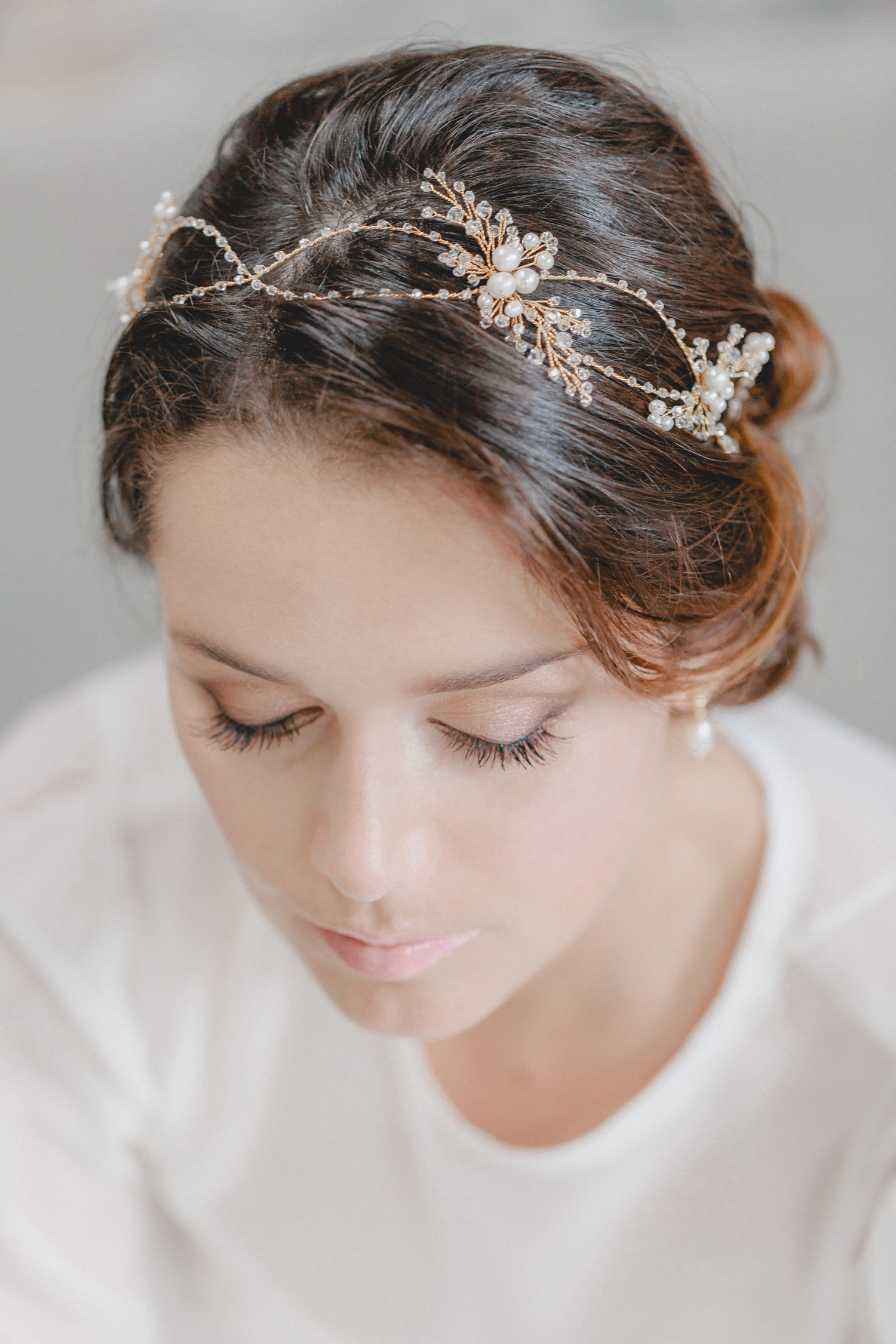 Pure luxury! With countless sparkling Swarovski crystals and its detail-loving design, this hair jewellery is a real statement piece. Its airy, double row design, which is repeatedly interrupted by brooch-like highlights of noble freshwater pearls as a coronation, seems carefree, elfin and glamorous at the same time.
