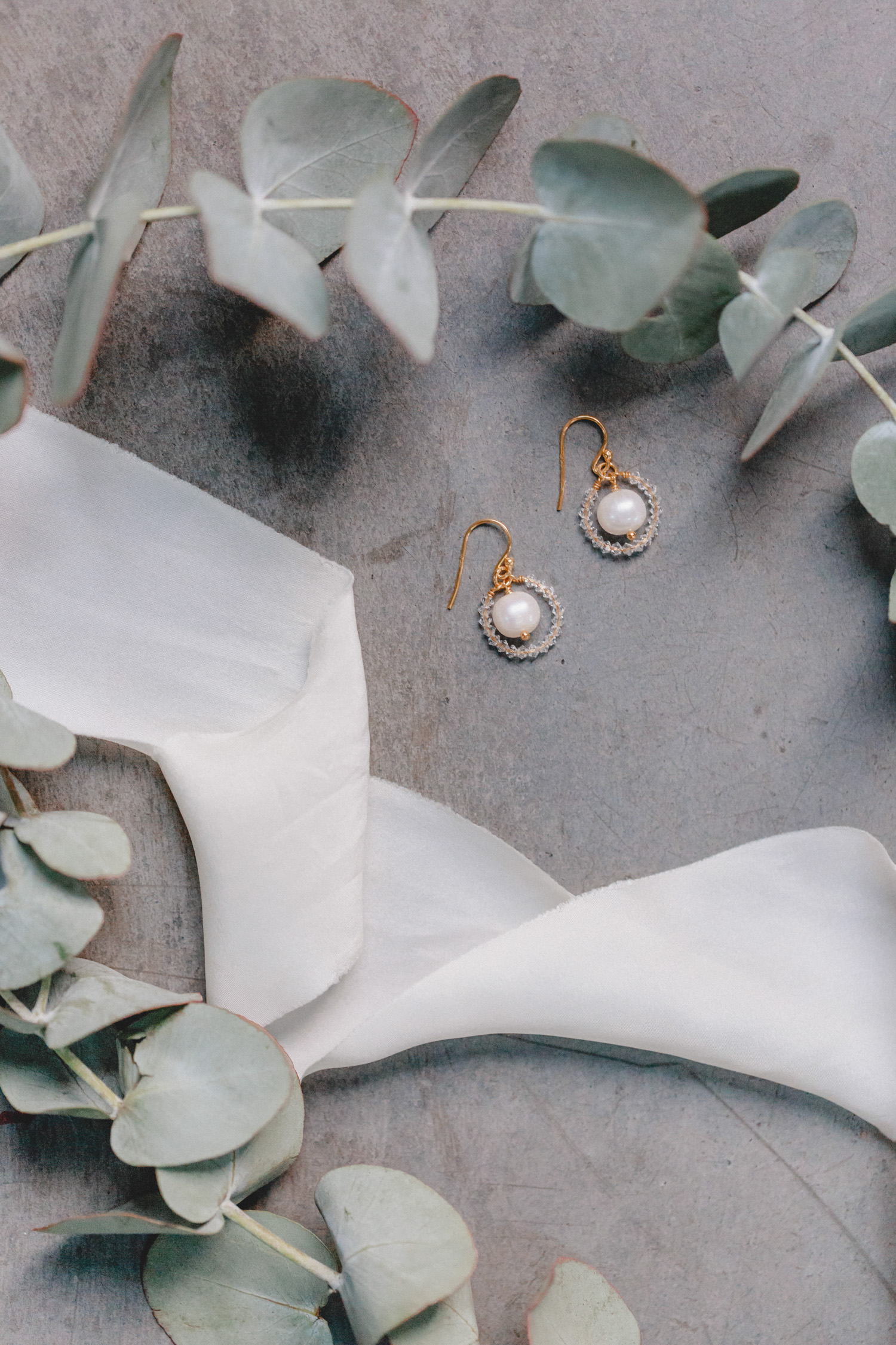 A circle of sparkling Swarovski crystals encloses a shimmering round freshwater pearl as a noble centrepiece - through their love of detail, these earrings are a very special eye-catcher, without being too large and opulent.